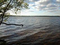 Взгляд большого озера, окруженный со всех сторон лесом, от высоты холма Стоковая Фотография