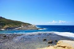 Взгляд вдоль береговой линии Marsalforn, Gozo Стоковые Изображения