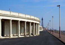 Взгляд вдоль прогулки на Блэкпуле показывая пешеходную дорожку со старыми укрытиями набережной смотря к пляжу удовольствия стоковое изображение rf