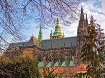 Взгляд величественного и огромного собора St Vitus в Праге Стоковые Изображения RF