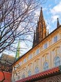 Взгляд величественного собора St Vitus от моста Праги Стоковая Фотография