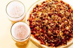 взгляд верхней части 2 пиццы стекла пива Стоковые Изображения