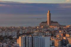 Взгляд вечера городского пейзажа Касабланки с мечетью Хасаном II в Mo Стоковое Изображение RF