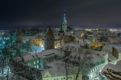 Взгляд вечера покрытого снег Таллина стоковое фото