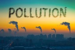 Взгляд вечера промышленного ландшафта города с излучениями дыма от печных труб на заходе солнца Загрязнение надписи Стоковое Изображение