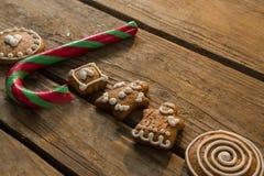 Взгляд взгляда высокого угла тросточки конфеты с печеньями пряника аранжировал на таблице Стоковые Изображения RF