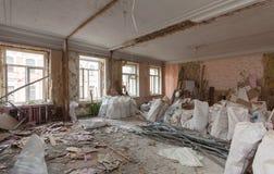 Взгляд винтажной комнаты с fretwork на потолке квартиры и ретро люстры во время нижней реновации, remodeling стоковая фотография