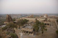 Взгляд виска Virupaksha от холма Hemakuta на восходе солнца в Hampi, Karnataka, Индии стоковые изображения