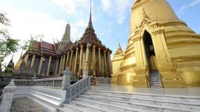 Взгляд виска Wat Phra Kaew изумрудного Будды Оно одна из известной туристической достопримечательности в Бангкоке, Таиланде сток-видео