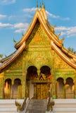 Взгляд виска Wat Siengthon в Luang Prabang, Лаосе Скопируйте космос для текста вертикально Стоковое Изображение