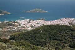 Взгляд вниз к городку Skiathos стоковые фото