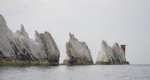 Взгляд вниз с игл, остров Уайт: Английские скалы мела и маяк стоковое фото rf