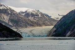Взгляд вниз с фьорда к сногсшибательному леднику в Аляске стоковая фотография rf