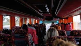 Взгляд внутри кабины автобуса с туристами путешествуя на экзотическо сток-видео