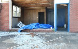 Взгляд внутри коммерчески здания которое было повреждено ураганом стоковое фото rf