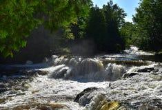 Взгляд водопада на солнечном, летнего дня стоковая фотография rf