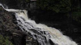 Взгляд водопада ударяя и брызнуть на поверхности тяжелых роков Каньон Sainte-Энн видеоматериал