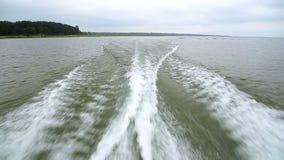Взгляд волн за шлюпкой скорости пока курсирующ lakeshore видеоматериал