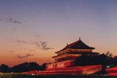 Взгляд ворот Тяньаньмэня запретного города на заходе солнца, в Пекин, Китай стоковое фото