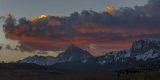 Взгляд восхода солнца держателя Sneffels и гор Сан-Хуана вне r стоковое фото