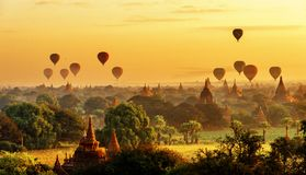 Взгляд восхода солнца красивых пагод и горячих воздушных шаров, Мьянмы Стоковое Фото