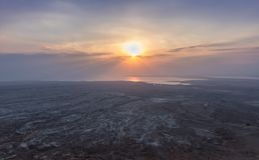 Взгляд восхода солнца мертвого моря с пути водя до руин крепости Masada стоковая фотография