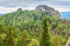 Взгляд второго штендера с свободой надписи Русское святилище природы Stolby запаса Около Krasnoyarsk стоковое изображение rf