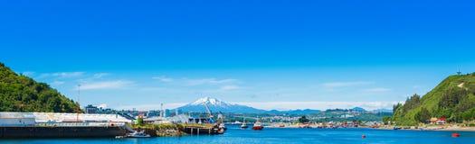 Взгляд вулкана Osorno, Puerto Montt, Чили Скопируйте космос для текста стоковые изображения