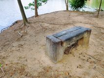 Взгляд высокого угла деревянной скамьи озером стоковое фото rf