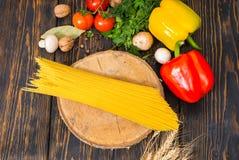 Взгляд высокого угла желтых длинных спагетти на деревянной стойке в Стоковое Фото