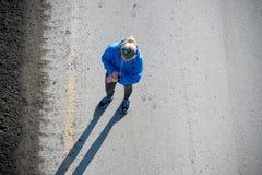 Взгляд высокого угла женского бегуна jogging на городе дороги Стоковые Фото
