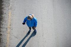 Взгляд высокого угла женского бегуна jogging на городе дороги Стоковая Фотография RF