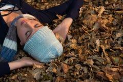 Взгляд высокого угла женщины лежа на сухих листьях Стоковое Изображение RF