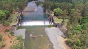 Взгляд высокого угла запруды воды от трутня сток-видео