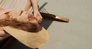 Взгляд высокого угла кавказской женщины ослабляя в гамаке на пляже 4k акции видеоматериалы