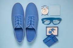 Взгляд высокого угла комплекта сини человека битника тапок, будильника, липких примечаний, eyeglasses и подарочной коробки с padl Стоковое Изображение