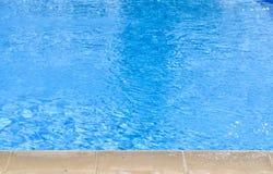 Взгляд высокого угла конца-вверх голубого бассейна в полдень стоковое изображение