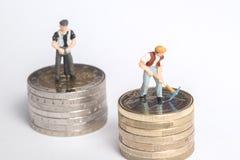 Взгляд высокого угла миниатюрных диаграмм работая на евро чеканит Стоковое Изображение RF