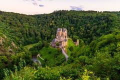 Взгляд высокого угла на замке Германии Eltz стоковая фотография