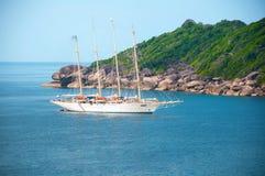 Взгляд высокого угла острова Similan и моря Andaman туристического судна P Стоковое Изображение