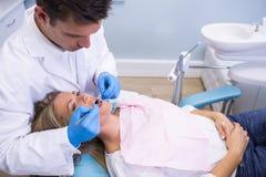Взгляд высокого угла пациента дантиста рассматривая Стоковые Фото