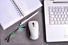 Взгляд высокого угла рабочего места офиса с клавиатурой и мышью компьютера таблетки и компьтер-книжки близкими поднимающими вверх Стоковая Фотография
