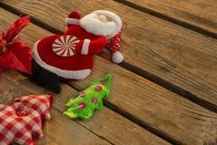Взгляд высокого угла Санта Клауса с рождественской елкой Стоковые Изображения