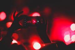 Взгляд выставки рок-концерта в большом концертном зале, с толпой и этапом освещает, толпить концертный зал с сценой освещает, pe  стоковая фотография rf