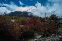 Взгляд в гористой местности, Тибете, Китае стоковое изображение rf