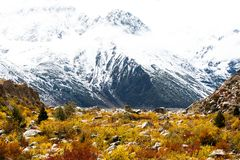 Взгляд в гористой местности, Тибете, Китае стоковая фотография rf
