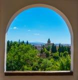 Взгляд в городе Гранады от садов на старом городе Ла Альгамбра Стоковые Фотографии RF