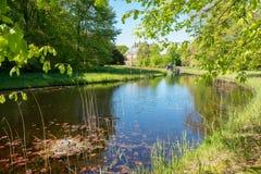 Взгляд в имуществе Duivenvoorde с замком Duivenvoorden Стоковая Фотография