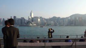 Взгляд гавани Гонконга с туристами и посетителями в центральной площади Гонконга акции видеоматериалы