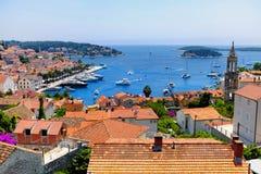Взгляд гавани городка Hvar с сериями красных крыш в Хорватии стоковые изображения